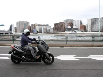 "YAMAHA XMAX試乗 『250""ビッグスクーター"" の本質的なユーティリティーの良さはかわらず。ならば、無駄な豪華さ、装備を省けばいい』"