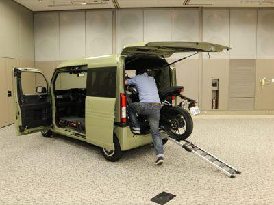 ホンダの新型軽商用車、N-VANに オートバイを積んでみた