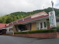 国道56号線沿いにある「一本松温泉 あけぼの荘」。宿泊施設も兼ねているので、宿探しに困った時に便利だ(天候が不安定なためにレンズが曇ってしまった)。