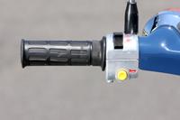 左側には縦型スイッチのヘッドライトのロー、ハイの切り換えとホーンボタン