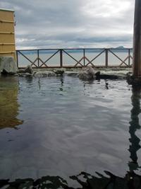 小豆島の土庄港の近くにある「オリーブ温泉」。露天風呂からは穏やかな海が一望できる。これで晴れていれば完璧だったのに…