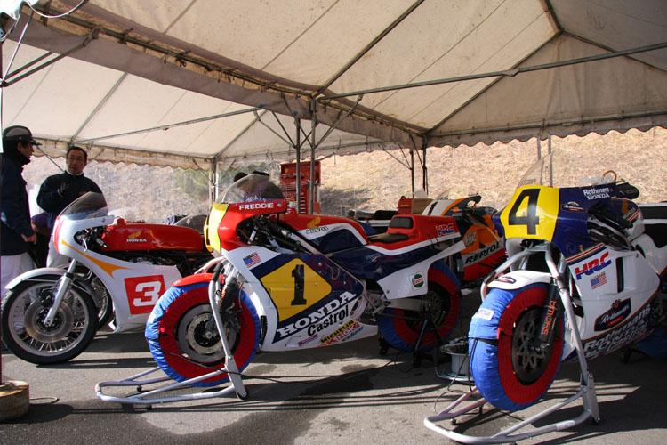 走行前の仮設ピット(テント)にて。二輪レーサー達は全車、さすが当時のレーシングタイヤではなく、最新の市販ハイグリップタイヤを履いていた。