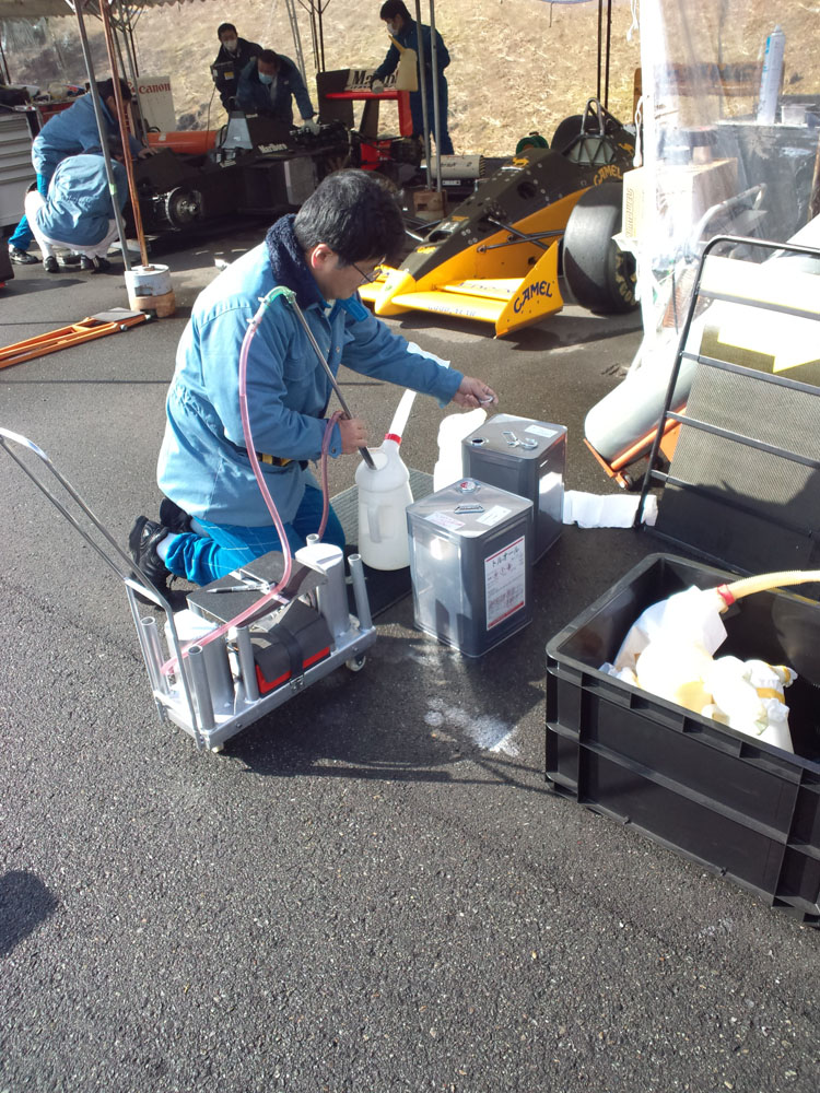 燃料を準備するスタッフ。ウイリアムズとロータスのターボエンジンは、燃料にトルエンが使われていた。