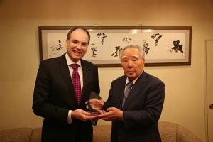 鈴木会長兼社長とIE社ウィナン博士両社の技術が燃料電池の製品化を加速させる。