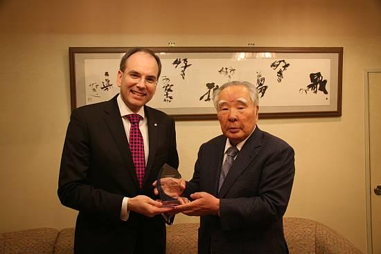 鈴木会長兼社長とIE社ウィナン博士。両社の技術が燃料電池の製品化を加速させる。