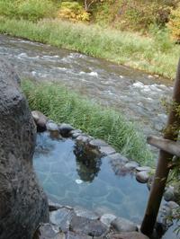 藤三旅館にはいくつか浴室があり、これは「桂の湯」の露天風呂。露天風呂は2つあり、こちらは川面に近い小さな露天風呂