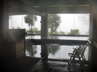 「大観」の大浴場は広々としており、溢れ出る自家源泉100%・自然冷却のお湯が朝から晩まで存分に楽しめる。至福のひとときだ
