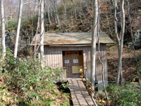 「網張温泉館の横に道を進んだ先にある「仙女の湯」は森の中にひっそりと佇んでいる。ワイルドな温泉の気分を手軽に楽しめる