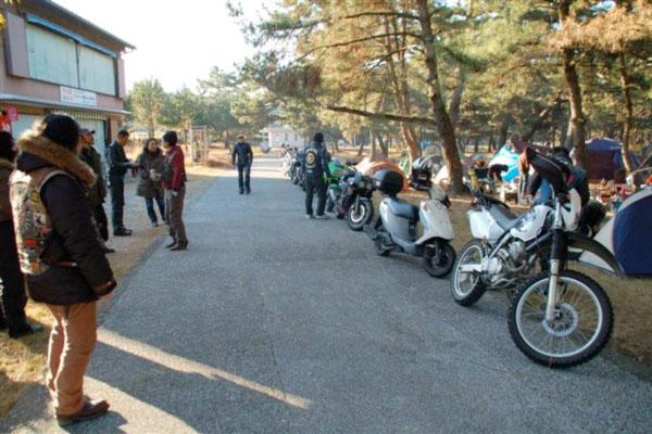 日に日にバイクは増えていきピークとなる大晦日、公園内は難民キャンプの様相を呈した