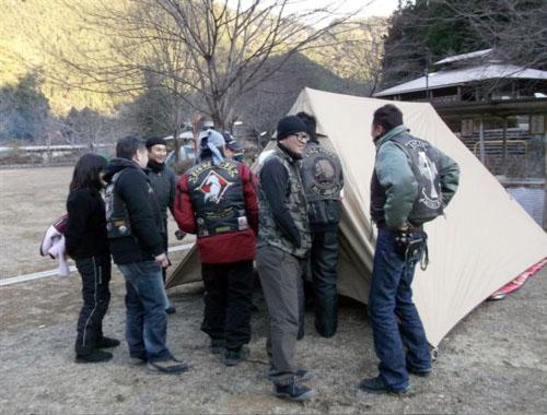 名古屋から参加の南風さん、マシンは超ミニなのになぜかテントは特大で暖房つき。このデタラメな組み合わせは何?