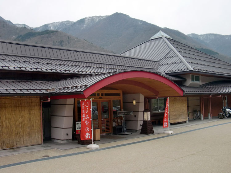 道の駅・飛騨白山に隣接している大白川温泉「しらみずの湯」。交通量の多い国道沿いにあるとは思えないほど館内は静かで落ち着いている