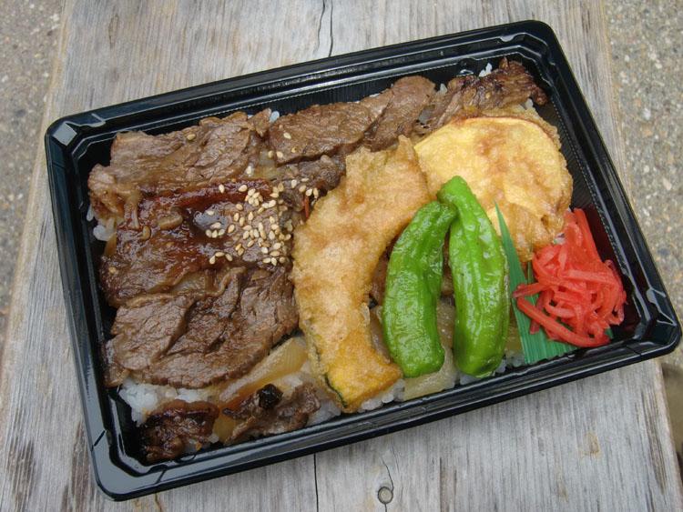 道の駅・飛騨白山で発見した飛騨牛の焼肉が載った「次平の弁当」(750円)。次平って何だろうと思ったら、道の駅の近くにある定食屋さんだった