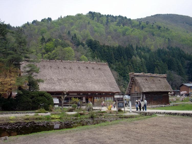 世界遺産・白川郷にある荻町合掌集落。立派なかやぶき屋根の住居は日本人の郷愁を誘う。背景にある新緑の山々にとてもマッチしている