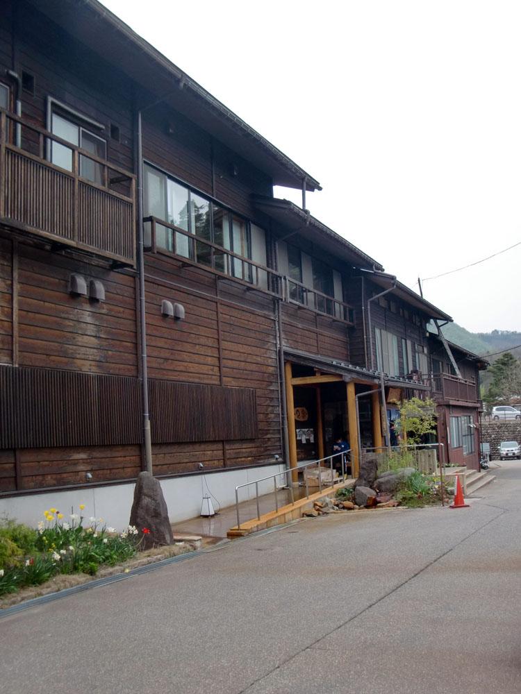 荻町合掌集落の入口にある「白川郷の湯」。周囲の景観に沿うように木造風の建物となっている。ちょっと見ただけでは日帰り温泉とは分かりにくい