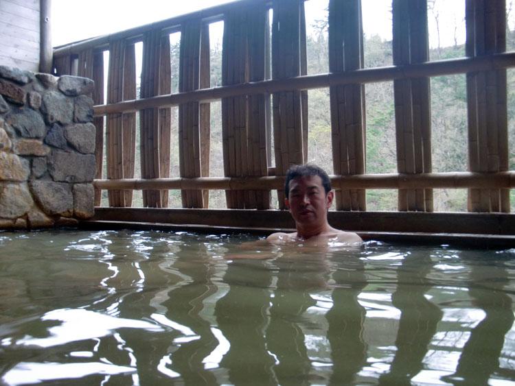 「白川郷の湯」のお湯はやや緑がかった濁り系。露天風呂は小さめだが、目の前を流れる庄川と左方向には合掌集落が見える