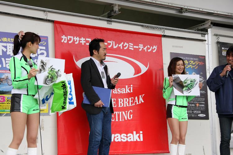 カワサキ車のデザインを統括する福本圭志さんからのプレゼントは、この日のために特別にプリントしたデザイン画、しかも担当者のサイン入り! ジャンケン大会に、いつも以上の気合いが入ったのだった。