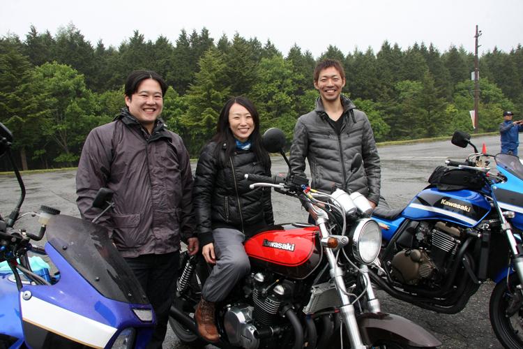 左から千葉からやって来たShinyaさん('02ZRX1200R)東京から走ってきたAyakoさん('06ゼファー750 )、そしてTakashiさん('05ZRX1200R)。3人とも初めてのコーヒーブレイクミーティングの参加だそうで、福島も初めて。せっかく来たから、磐梯吾妻スカイラインを走りたい! と切望するも、ちょっと雲行きは怪しい。Ayakoさんは初めてのカワサキ車。ShinyaさんとTakashiさんは2台目のカワサキ車だという。夏は長野が定番ツーリングコースだそうで、カワサキライフを楽しんでいる様子。この後、じゃんけん大会でShinyaさんは見事にデザイン画をゲット!おめでとうございます。