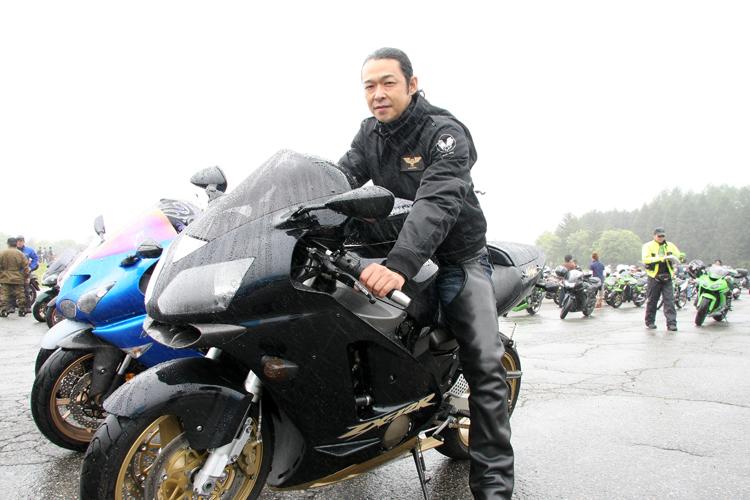 宮城からやってきたZX-12R乗り、BIRDMANさん。長年親しんだZZRからZX-12Rに乗り換えた。ブラックのボディーカラーと黒レザー系を纏ったスタイル。速いビッグバイクとの融合はカワサキ乗りがイチバン! という印象でした
