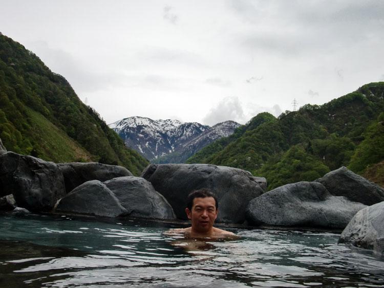 とちの湯の露天風呂からは黒部峡谷にそびえる山々が一望できる。目の保養とはまさにこのこと。これで晴れていたら最高だったのに…