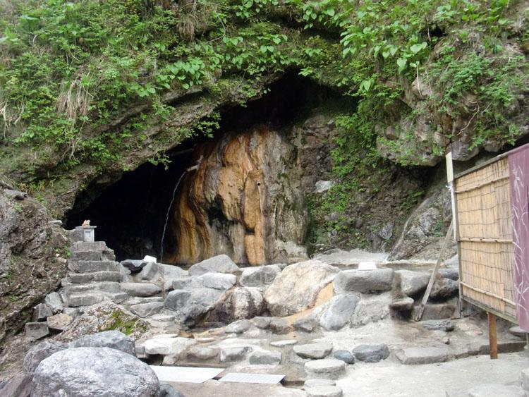 小川温泉元湯のホテルおがわの名物・天然洞窟野天風呂。洞窟の中に入っていると修行しているような気分になる