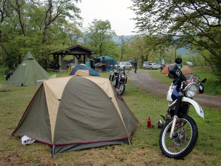 炊事場を中心に集会仲間が各人各様でテントを張った。買ったばかりのテントはツーリング3日目にして雨を経験した