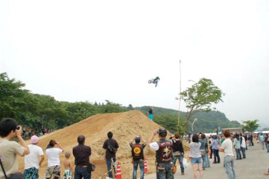 他にも色んなジャンルによるバイクショーがこのさぬきバイカーズミーティングではプログラムとして行われる。生で見るトッププロによるそのライディングはド迫力!
