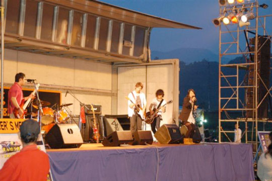 日が暮れてからはステージでバンドによるライブや、いかにも香川といったうどんの早食い競争などが行われイベント会場はまさにお祭りムードに