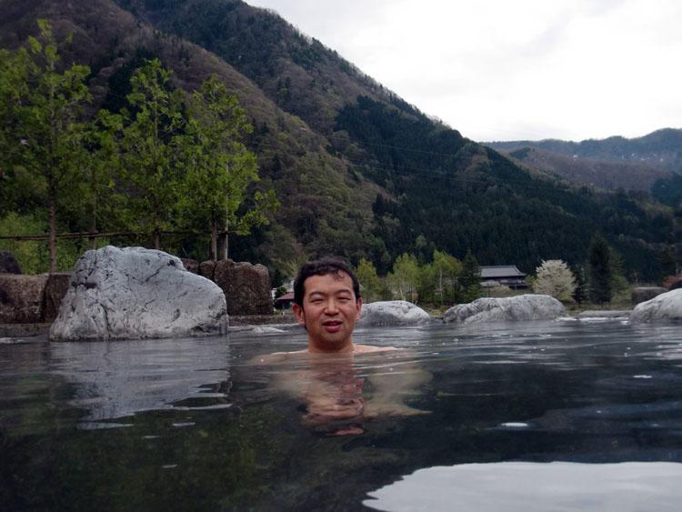 地面と同じ高さに水面があるので、周囲をよく見渡せる。お湯は熱いところがあるので、ちょうどいいところを見つけよう