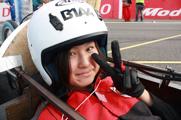 やはり燃費を良くするには軽量化することはとっても大切。女性ドライバーも多く、レース前にステキな笑顔をいただきました