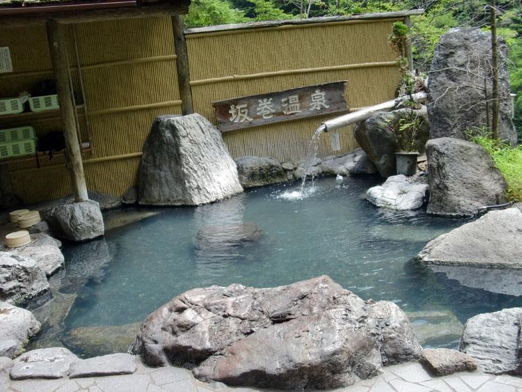 堂々と坂巻温泉の看板が掲げられている名物の露天風呂。お湯は熱めで、秘湯感漂う雰囲気にまったりしてしまう