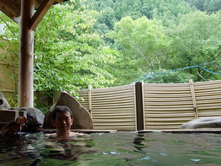 上高地乗鞍スーパー林道沿いにある「奈川温泉 富貴の湯」の露天風呂。こじんまりしているが、絶え間なくお湯が注がれている<br />