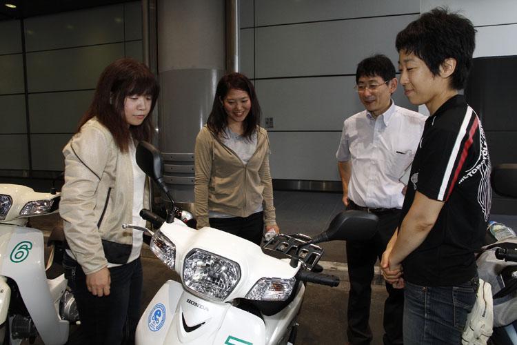 どうすれば燃費よく走れるかを熱心に聞く、のんちゃん(オートバイ女子部の斎藤 能子さん)と私。ちなみに右にいる女性、信田さんは本田技術研究所で働く燃費について研究している方です。かっこいい!