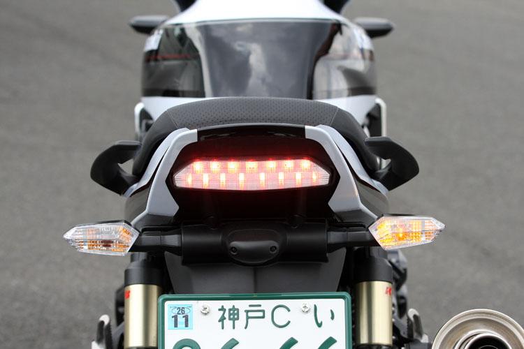 輝度の高いLEDテールランプと同じような透明感で統一された白レンズのウインカー。こちらも縦の寸法を詰めた細身でエッジの効いたスタイルをほこっている