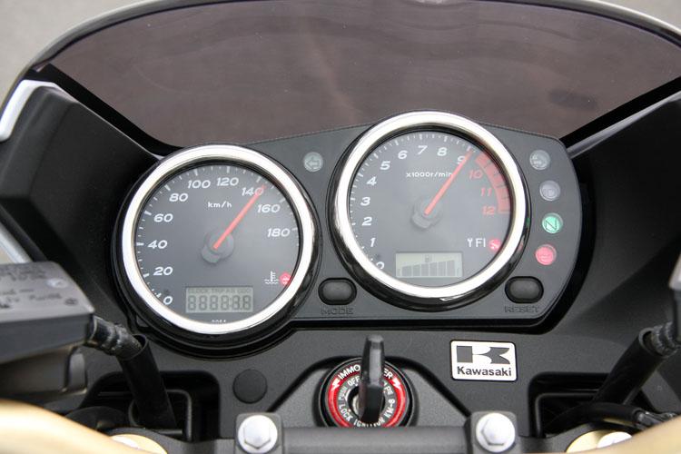 ツイントリップ、時計、ODOを速度計内にそなえ、回転計内には燃料系。コンベンショナルな2眼メーターとはことなるデザインが特徴。どちらかといえば80年代のレーサーレプリカ流の韻を踏んだルックスだ