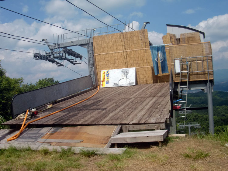 これが赤倉温泉「特設野天風呂 天空の湯」の全景。リフト中継所のデッキ部分に建てられている。お湯はトラックで運ばれる