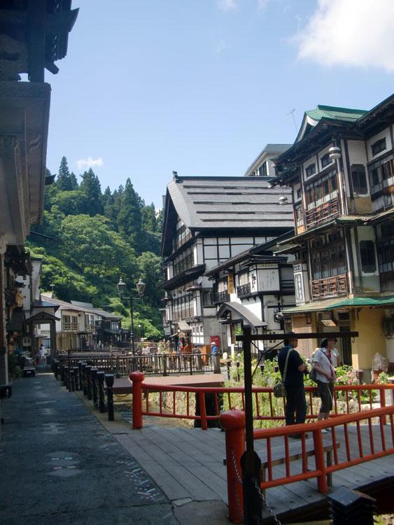 風情漂う銀山温泉の町並み。夏休みの日曜日だったせいか、山奥の鄙びたところにもかかわらず大勢の観光客が訪れていた