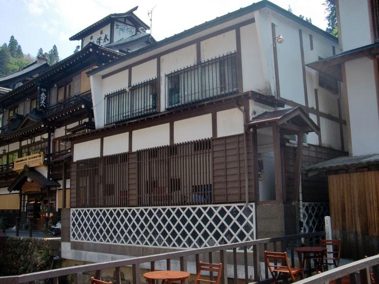 温泉街の中ほどにある共同浴場「大湯(かじか湯)」。一見すると共同浴場には見えない。入湯料は300円となっている