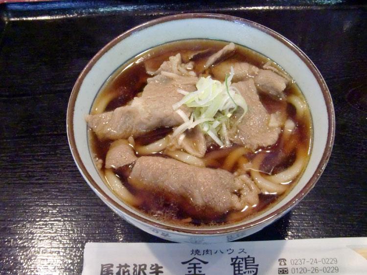 尾花沢市内にある焼肉ハウス「金鶴」で食べた尾花沢牛を使った肉うどん。料金は550円と思いのほかリーズナブルだった