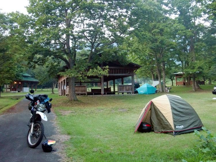 「前森高原オートキャンプ場」は料金はやや高めだが、整備が行き届いた場内の施設は充実しており、ゆったり過ごせる