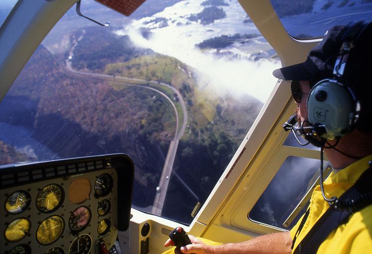 にヘリコプターで優雅に遊覧飛行