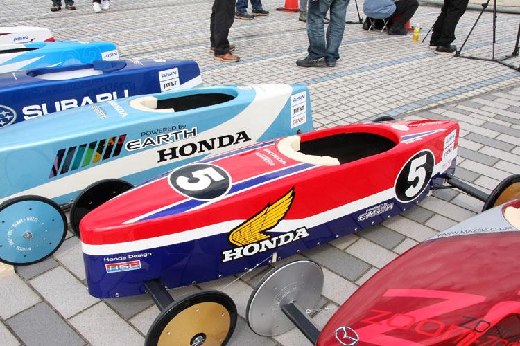 ホンダモーターサイクルジャパン・チームのマシン。おそらくRCB1000もしくはRS1000をモチーフにしたものと思われる、往年のファンが喜びそうなカラーリングだ