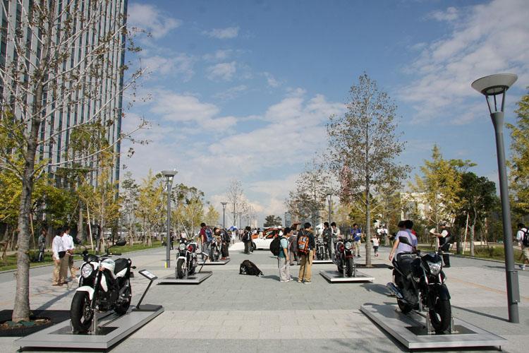10月6日、オープニングイベントには、四輪二輪メーカー各社トップの9名が集まる。同時に、イベント会場のひとつであるセンタープロムナードでは二輪各社の車両を屋外展示。バイクに乗らない人も、そこにバイクが展示されていれば跨ってみたくなるもの。そんなキッカケはとても重要。もしかしてバイクはあなたの生活を一変させる魅力をもった乗り物かもしれません。ホンダCB1300&400 SUPER FOUR 20 周年スペシャルエディション、ヤマハSR400&ドラッグスター250、スズキGSR250&グラディウス400ABSを展示