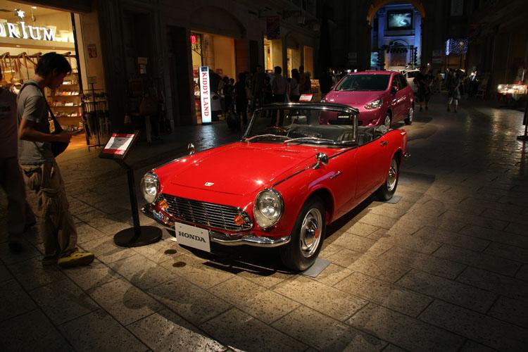中世ヨーロッパの街並みを模したヴィーナスフォートの2階でも車両を特別展示。48年前に誕生した名車・S600は驚くことに囲い無し展示(乗ることはできません)。メガウェブには一世風靡したクルマとバイクも