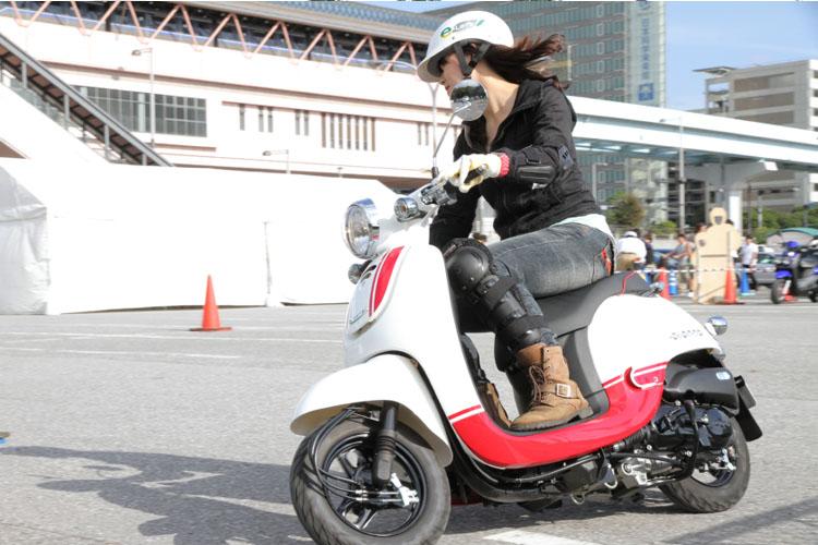 船の科学館・駐車場で行われた「バイク体験試乗会」では50ccスクーターや電動スクーターを用意(催しは8日で終了)。最新モデルBW'Sもあった