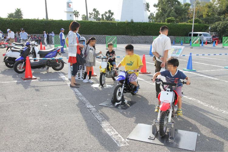同じく、船の科学館・駐車場で行われた「親子バイク教室」。親子でバイクの楽しさ、素晴らしさを実感できる機会として人気が高い催しだ(催しは8日で終了)