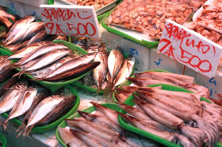魚もフルーツも安い! 前にカマスを買ったことがありましたが、家で数えてみると20匹もいて、半分以上は干物に。魚屋さんはジャパニーズ版のコストコみたいな感じで、とにかくボリュームがあります