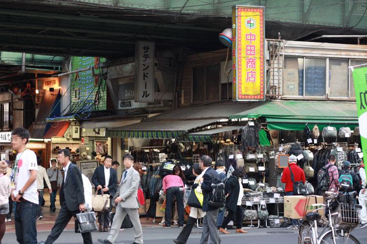 上野のミリタリーショップといえば中田商店。古くからあるお店で米軍の放出品をはじめ、堅牢なタクティカルブーツ、ガスマスクなんかも売ってます。ワッペンも豊富にあるよ〜!