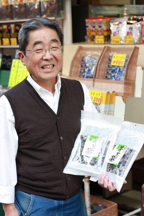 笑顔で撮影に応じてくれたのは野村さんは、 私が芽かぶ茶を購入した三香園のスタッフさん。ここのお店は60年以上前から経営しているそうですよ。お茶や海苔をメインに販売しているお店です