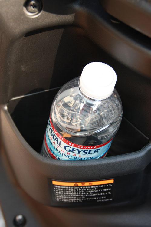コンビニフックは、シート下の収納がいっぱいになってしまったら、ここに掛ければOK。 またその横にはポケットが付いているのでペットボトルが入るので便利。これからの時期は水筒もいいかもね