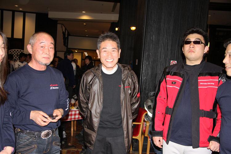 ホンダモーターサイクルジャパンの井内社長(写真中央)がパーティ会場を回り、ホンダ・ユーザーとの親睦を深めていた